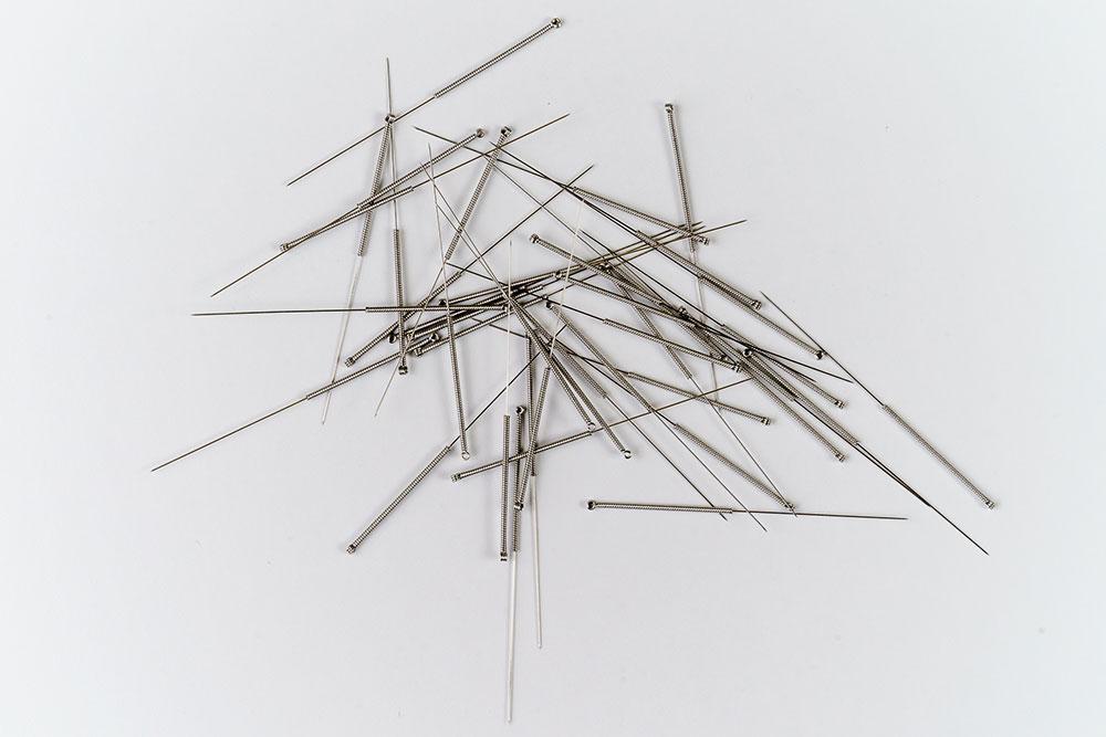 Akupunktur Aarau - Britta Massmann - Akupunkturnadeln auf weißem Hintergrund