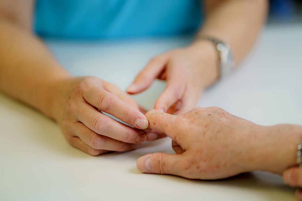 Rheumatologie Aarau - Britta Massmann - Abtasten eines Fingergelenks